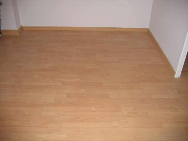 Αλλάξτε δάπεδο με ξύλο laminate σε κατοικία