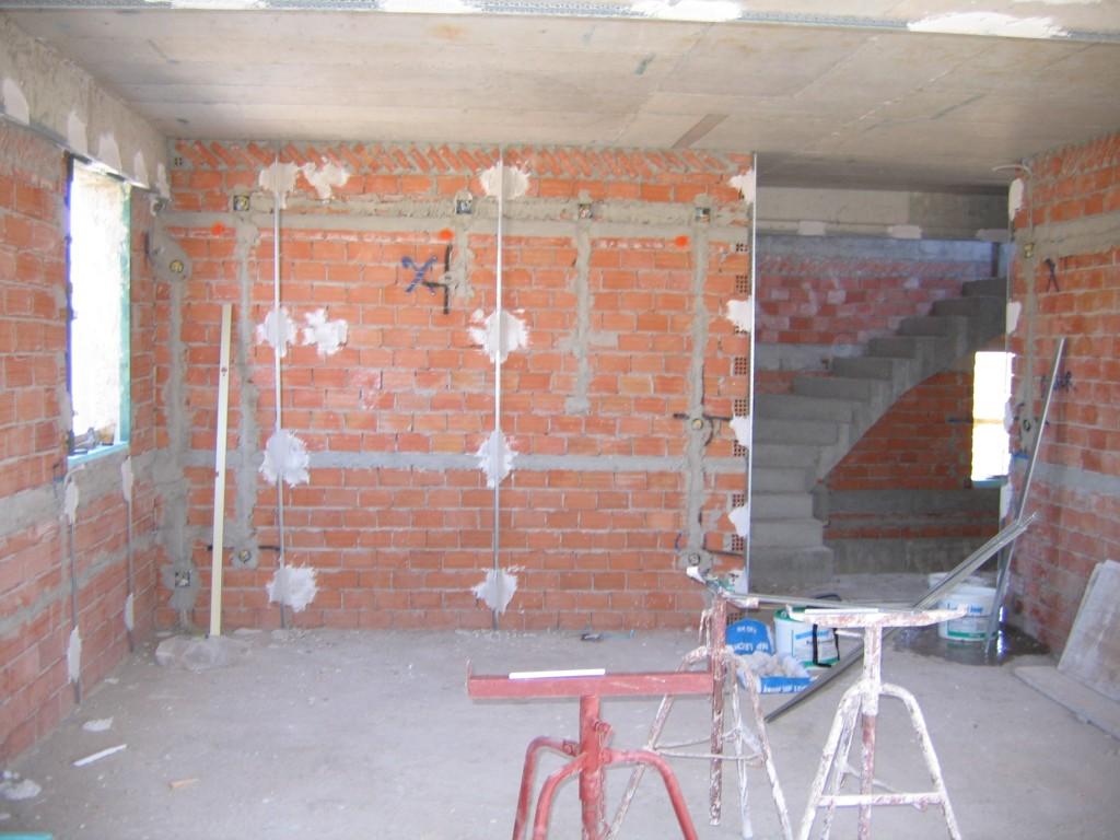 Σοβάτισμα τοίχων τοποθέτηση μεταλλικών οδηγών γυψοσοβάς