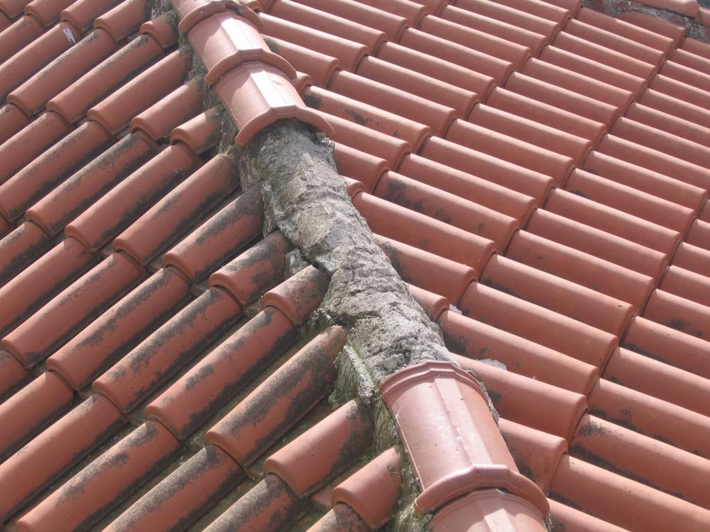 Ξεκολλημένοι κορφιάδες σε στέγη