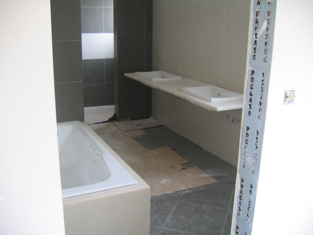 Ανακαίνιση μπάνιου με κρεμαστό πάγκο νιπτήρα