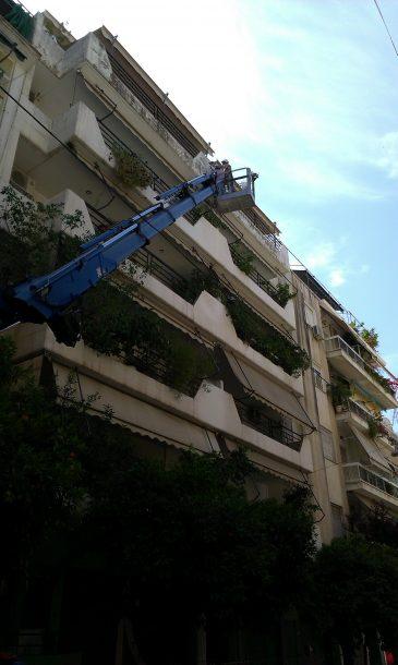 Επισκευή πρόσοψης πολυκατοικίας με γερανό