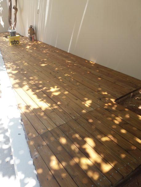 Ανακαίνιση ισόγειας κατοικίας εσωτερικά περιβάλλον χώρος κατασκευή εξωτερικού ξύλινου πατώματος