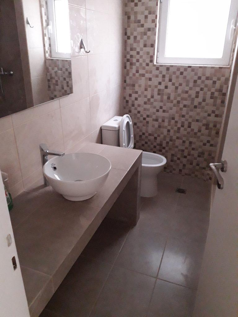 Ανακαίνιση μπάνιου κατασκευή πάγκου αλλαγή μπανιέρας σε ντουζιέρα
